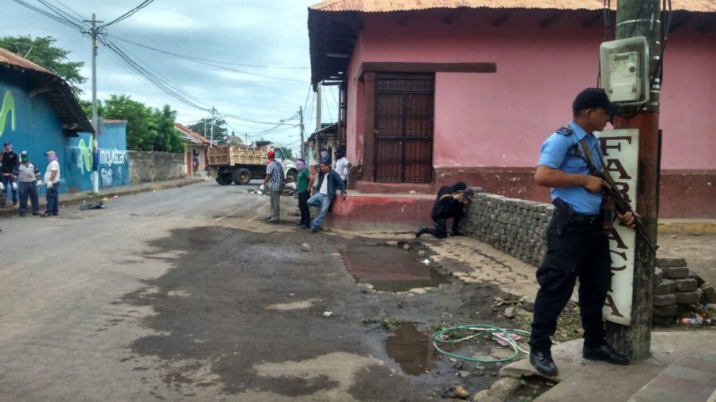 Policía orteguistas intimidando y retirando las barricadas en León. Foto: tomada de La Jornada