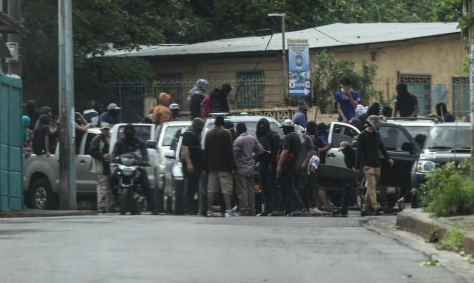 Trubas orteguistas atacan barrios de Managua que colocaron tranques. Foto. B. López/El Nuevo Diario