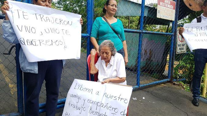 Abuelita se plantó frente a El Chipote para exigir la liberación de su nieto. Foto: Q´ubo
