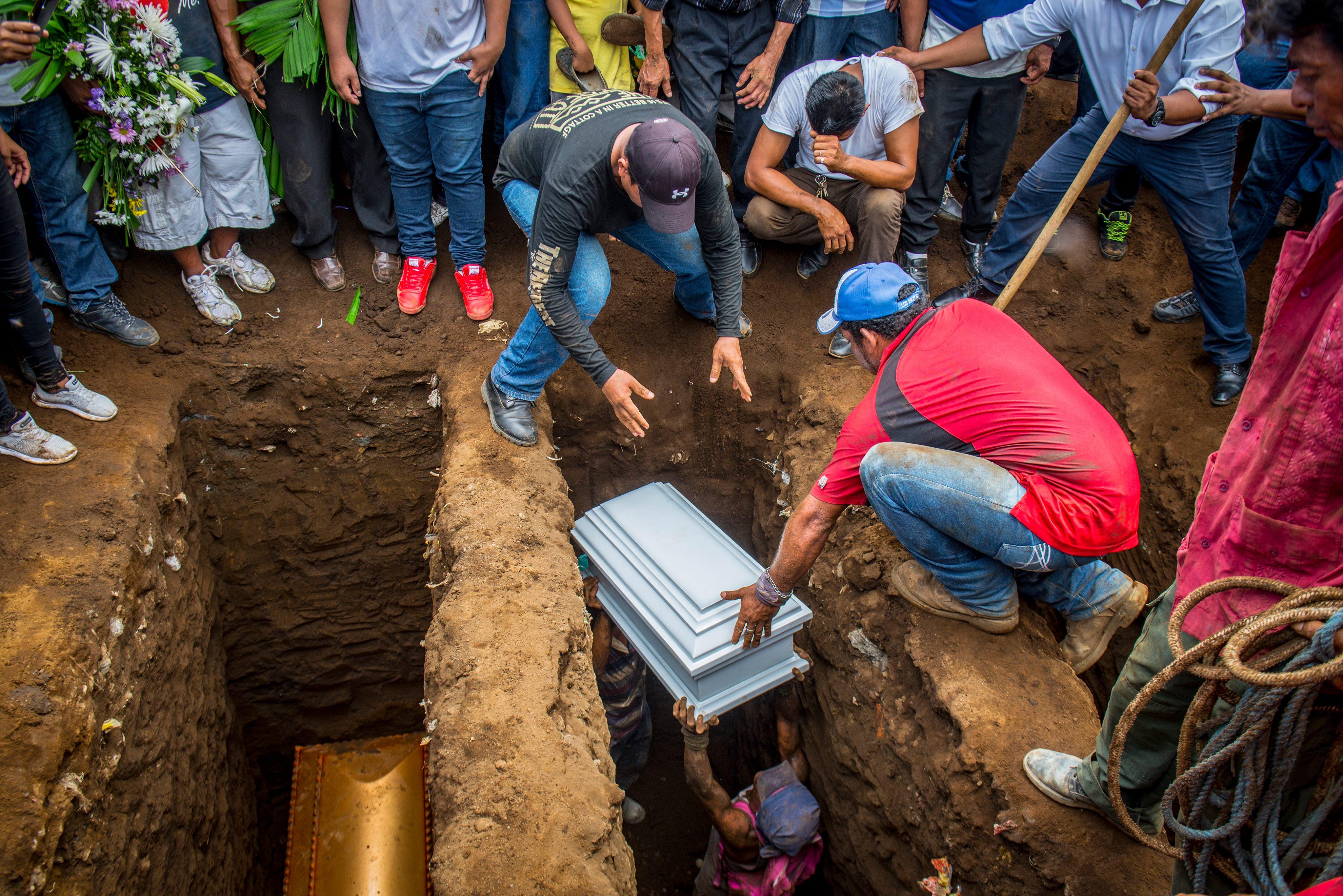 Tres tumbas para los seis miembros de la familia quemada por paramilitares de Ortega