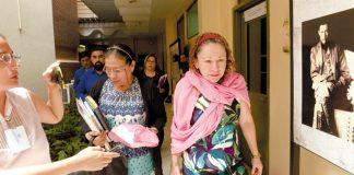 Ministra de Salud, Sonia Castro abandona su oficina en el Conchita Palacios. Foto La Prensa