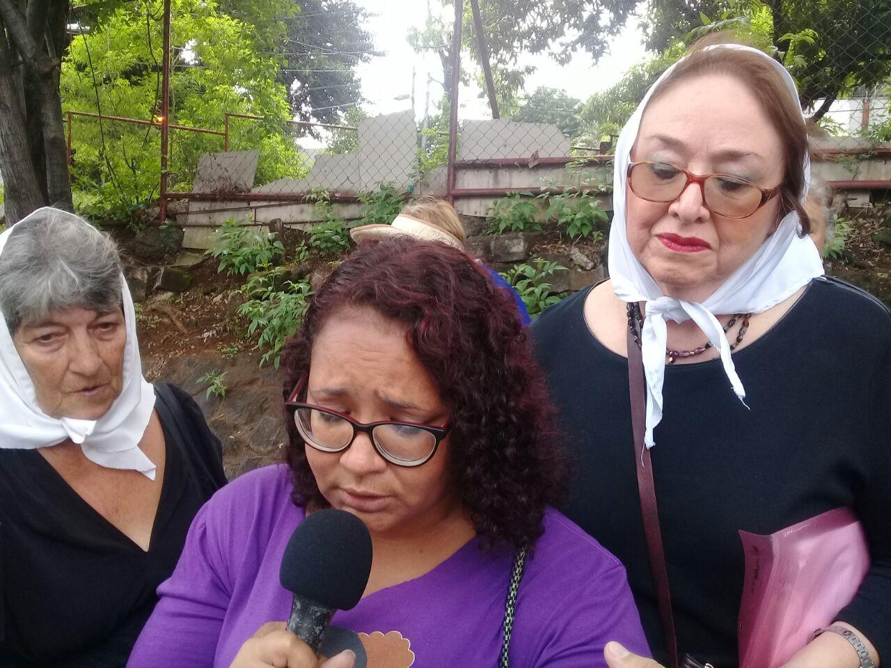 """Arlen Cerda leyendo la carta enviada por las """"Madres de la Plaza de Mayo de Argentina"""", quienes se solidarizan con las madres nicaraguenses que perdieron a sus hijos. Foto: A. Mogollón"""
