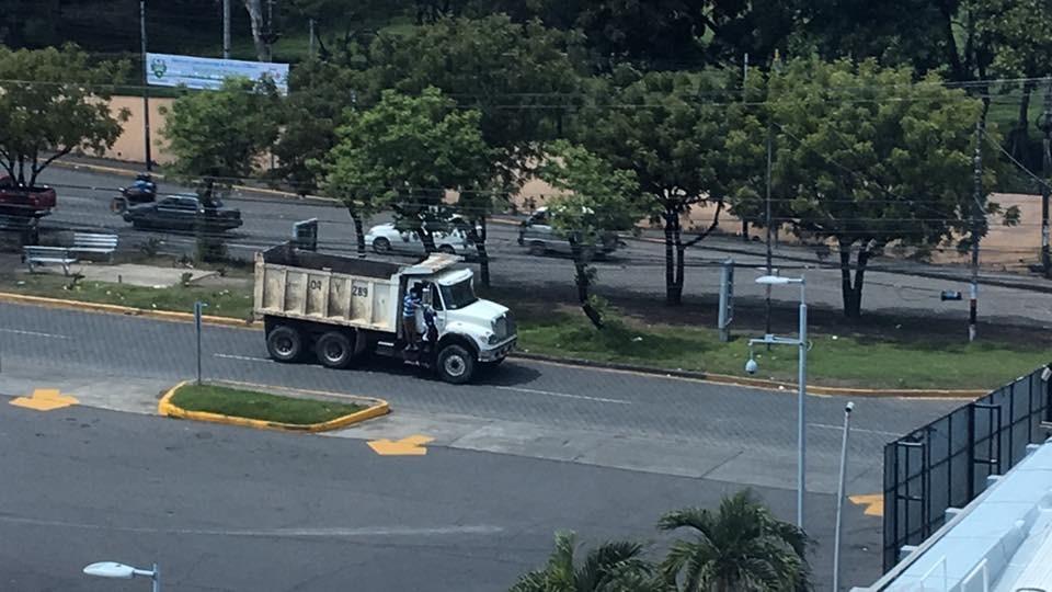 Alcaldía de Managua intenta quitar barricadas en la UNAN. Foto: Cortesía