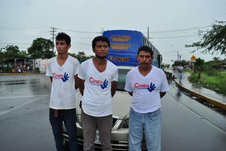 Los tres sujetos capturados por los autoconvocados en el empalme de Boaco. LA PRENSA/Melvin Rodríguez