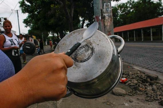 Mujeres sacaron a Policías y turbas orteguistas a punta de cacerolazos. Foto: El Nuevo Diario