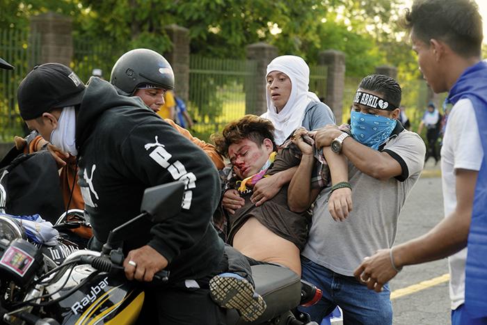 Una persona resulta herida en ataque de los grupos paramilitares del Gobierno contra la población civil que marchaba pacíficamente acompañando a las Madres de Abril. Foto Jader Flores/ LA PRENSA