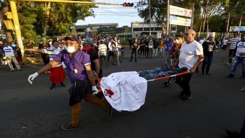 Manifestantes cargan a un joven que fue asesinado a balazos por los grupos paramilitares del Gobierno. Foto: W. Miranda.