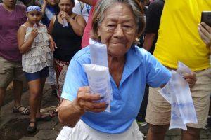 Abuelita despojándose de su venta para que los manifestantes se hidrataran. Foto: Metro Nicaragua