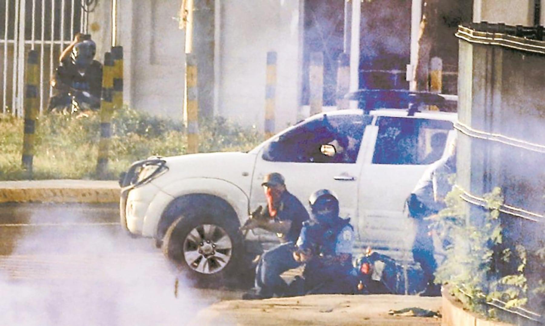 En la imange captada por el fotógrafo de El Nuevo Diario durante el ataque del 30 de mayo en la UNI, se observa a un paramilitar armado con fusil AK47 junto a un uniformado de la Policía Nacional.