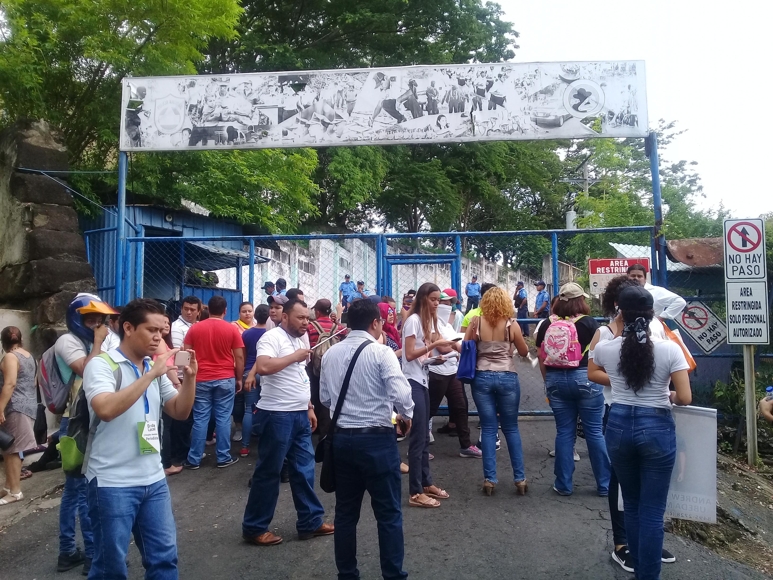 Policía Orteguista entrega 17 jóvenes que estaban en El Chipote. Foto: Artículo66