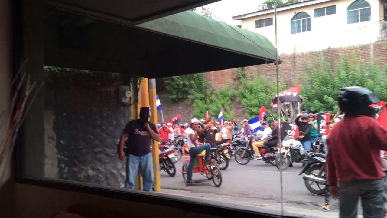 Turbas orteguistas asedian instalaciones de 100% Noticias. Foto: Cortesía
