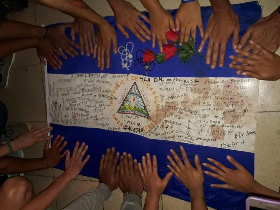 Bandera de Nicaragua que portaba Gerald Vásquez cuando fue asesinado por paramilitares. Foto: J. Romero