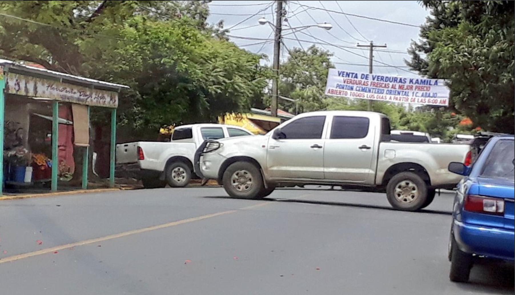 Camionetas Hilux puestas sobre la vía para impedir el paso entre el cementerio Periférico y El Colonial. La Colonia Salvadorita quedó cercada. Foto: Cortesía