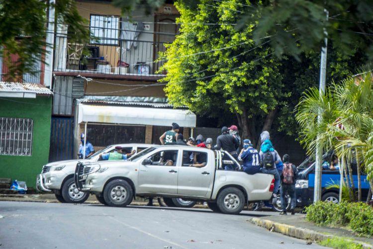 Paramilitares actuando en complicidad con la Policía, para atacar al pueblo nicaragüense que protesta. FOTO/LA PRENSA/CARLOS VALLE.