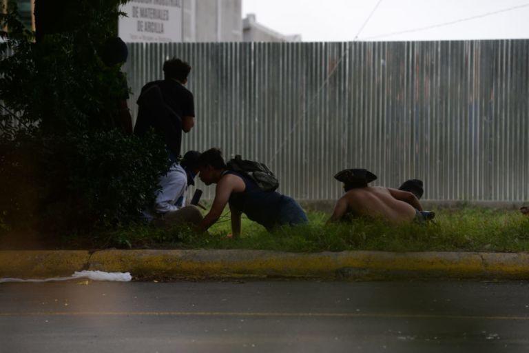 Momentos en que los universitarios se tiran al piso ante ataque de paramilitares. Fto:LaPrensa