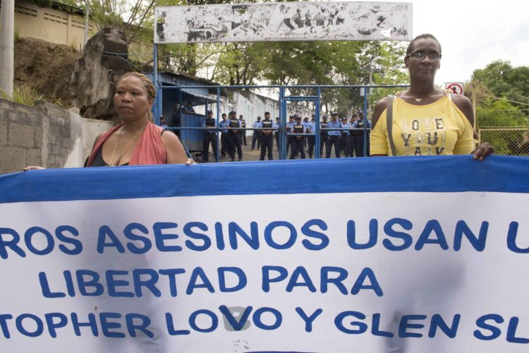 Madres claman todo los días frente a El Chipote la liberación de sus hijos. Foto: La Prensa