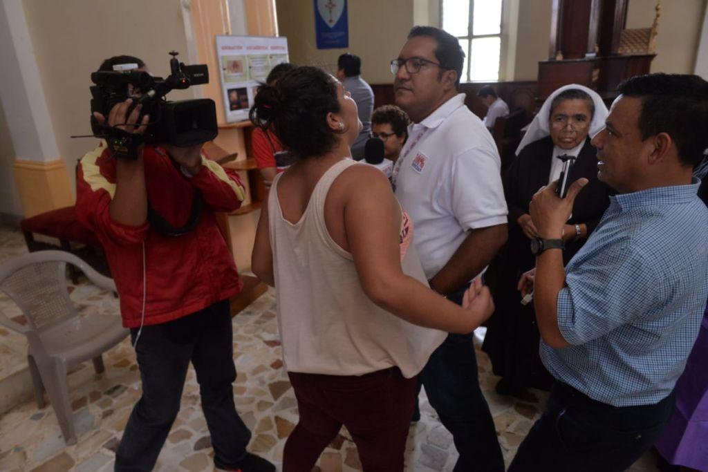 Turbaas orteguistas enviadas por el orteguismo agrediendo a periodista de 100%Noticias. Foto: La Prensa