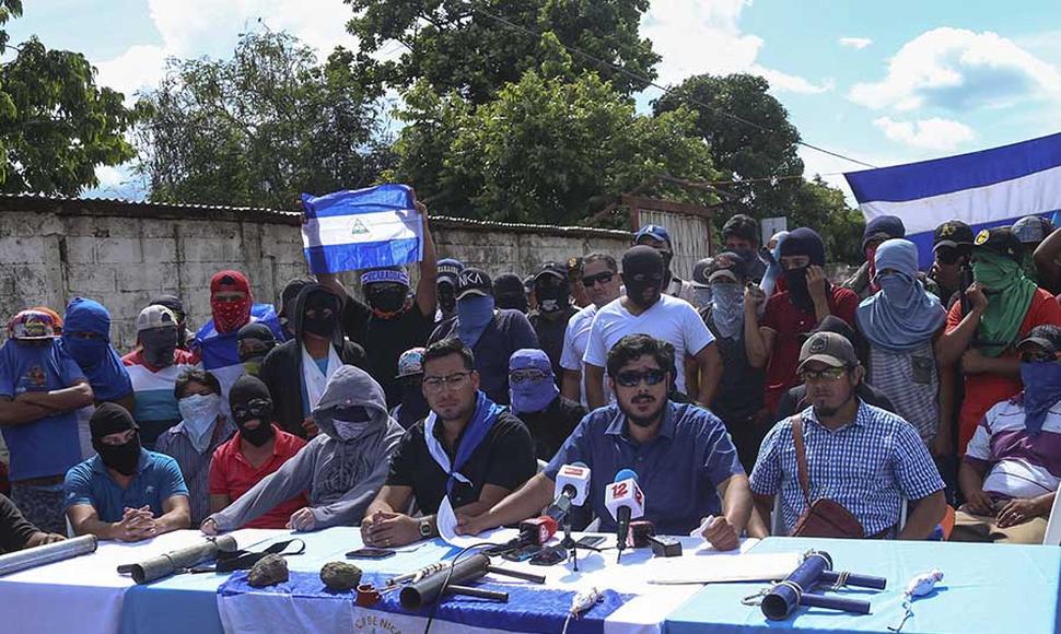 Cristian Fajardo tomando la palabra durante conferencia de prensa del Movimiento 19 de Abril en Masaya. Foto: R. Valenzuela/El Nuevo Diario