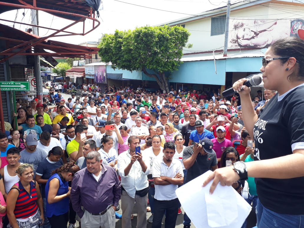 Irlanda Jerez durante una asamblea con comerciantes del Mercado Oriental. Foto: La Prensa