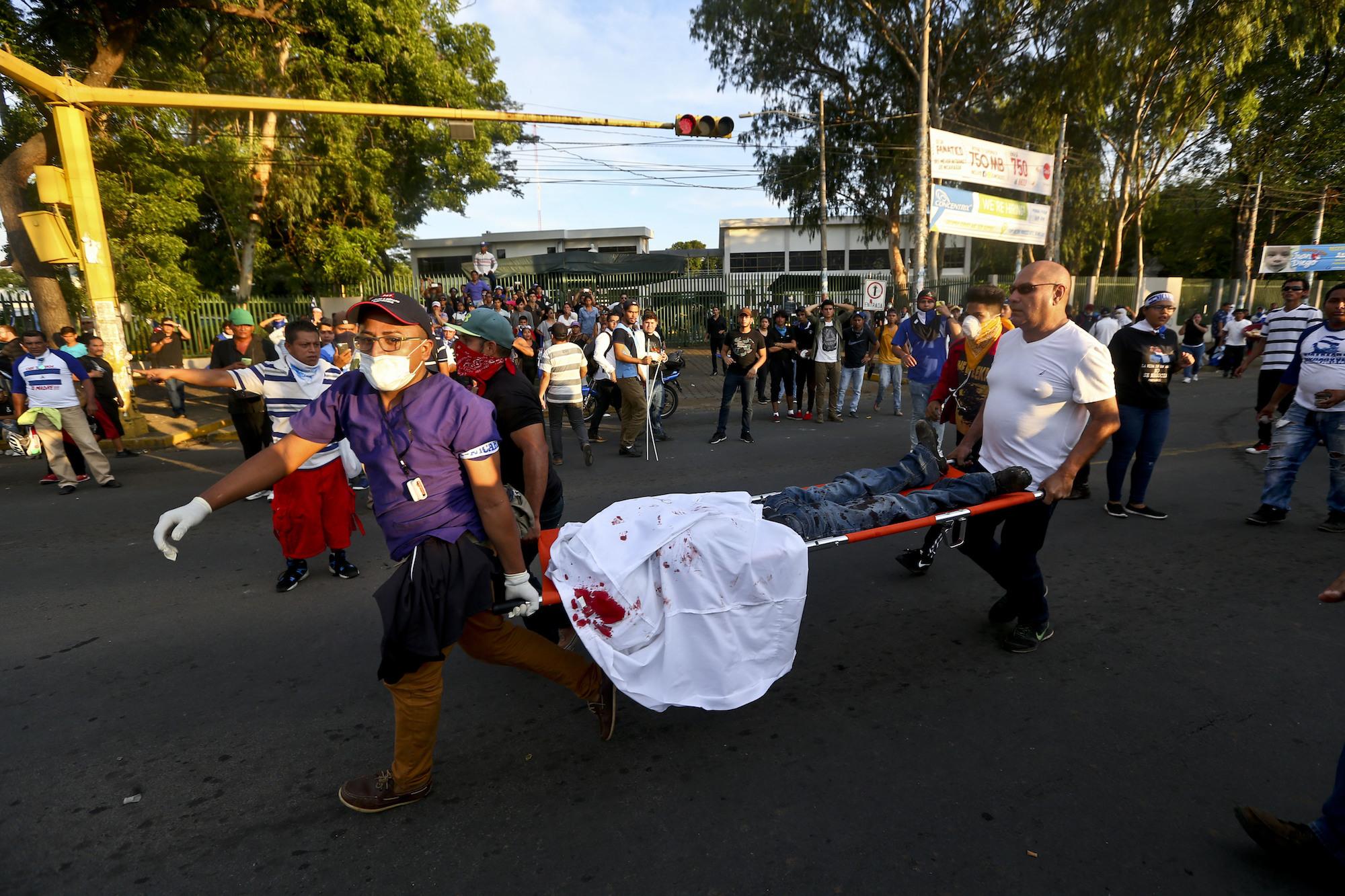 Las atenciones prehospitalarias realizadas por estudiantes de medicina y paramédicos voluntarios. Foto: tomada de Univisión