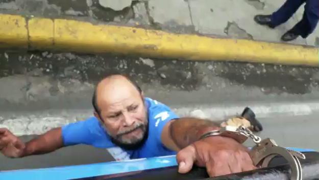 Oswaldo Canizales mientras es arrastrado por la Policía de Jinotepe