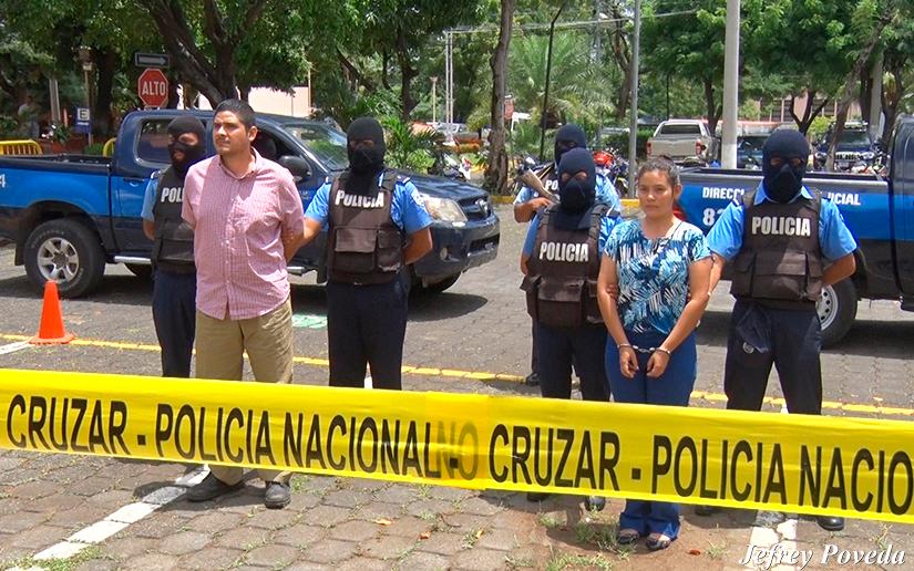 Cristian Fajardo y María Adilia Cerrato, el pasado 30 de julio, mientras eran expuesto por la Policía del régimen de Daniel Ortega. Foto: El 19 Digital
