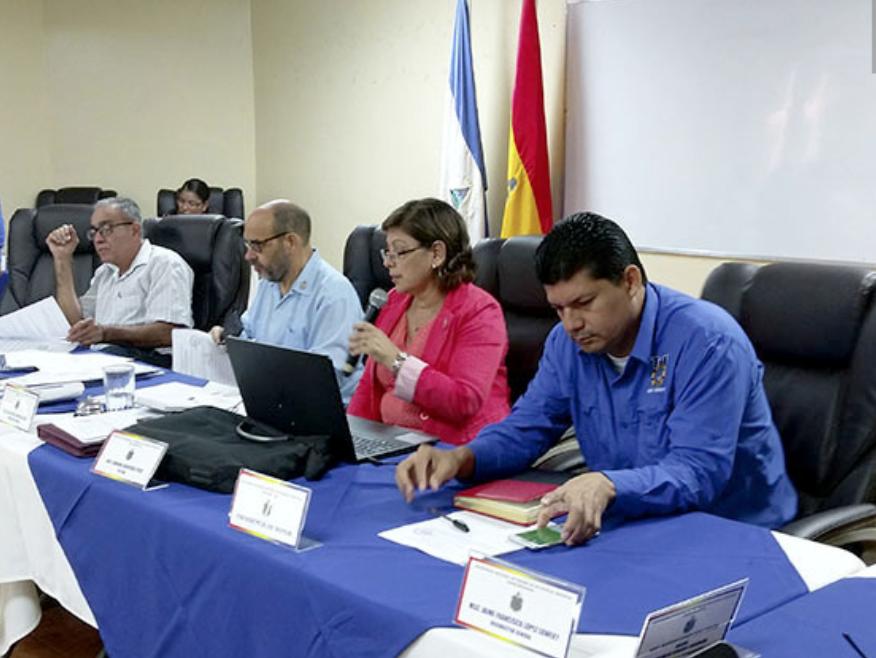 Roberto Flores, secretario general de la Asociación de Trabajadores Docentes (ATD), primero de derecha a izquierda, viste camisa azul mangas largas. Foto: UNAN