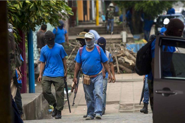 Paramilitares asediando a los pobladores de Monimbó, en Masaya. Foto: EFE