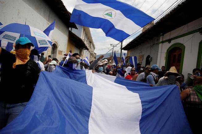 Marcha azul y blanco en Granada fue asediada por turbas y policías orteguistas. Foto: EFE