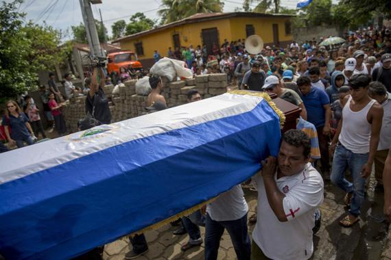 El entierro de una de las víctimas de la represión en Masaya. Foto: EFE