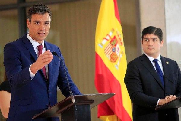 Pedro Sánchez (izq.) y Carlos Alvarado, presidentes de España y Costa Rica. Foto La Nacion