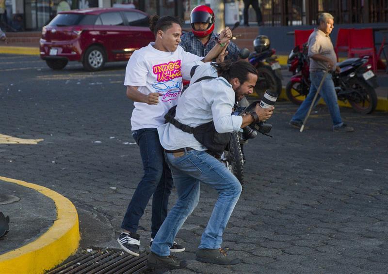 Agresión por parte de simpatizantes sandinistas al fotoperiodista Alfredo Zúñiga, de la agencia AP, el 18 de abril, cuando iniciaron las protestas en contra del régimen de Ortega. Fpto: EFE