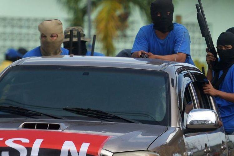 Paramilitares orteguistas sembrando el caos en las calles de Nicaragua. Siempre van encapuchados y con armas de guerra. Foto: La Prensa
