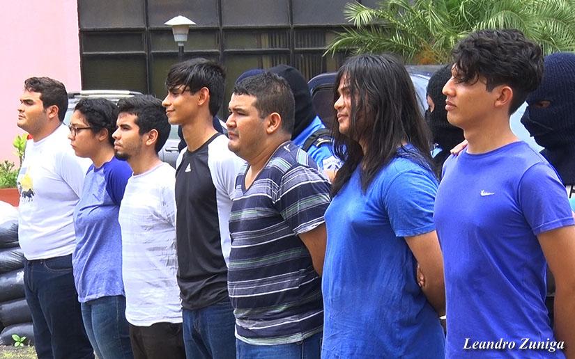 Estudiantes universitarios capturados en León fueron presentados por la policía orteguista ante los medios de comunicación oficialistas y desde antes de ser puestos a la orden del juez fueron tildados de terroristas y asesinos.