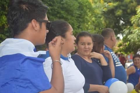 La profesora Ana Valiezka Espinoza Rivas (segunda, de camisa blanca) participó en las movilizaciones azul y blanco en su municipio. Eso le ha costado su trabajo como maestra en Condega. Foto: Cortesía