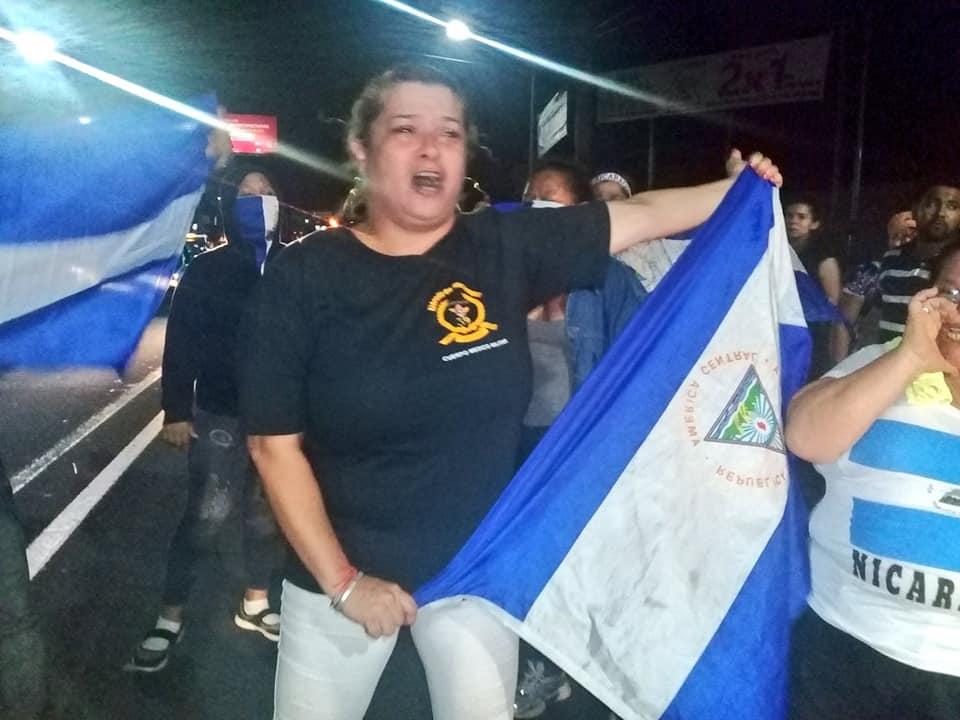 Mercedes Dávila, mamá de Edwin Carcache, durante un plantón en demanda de la libertad de su hijo. Foto: Cortesía