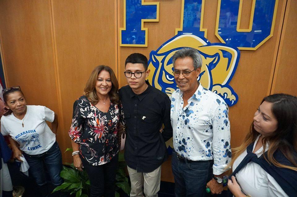 Lesther Alemán en Miami con el exbeisbolista Dennis Martínez