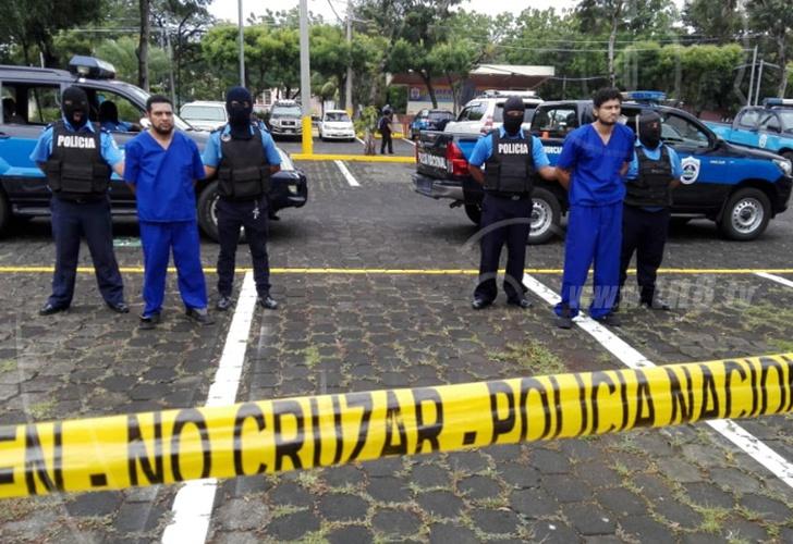 """A la izquierda el profesor Juan Bautista Guevara, presentado por la Policía del régimen de Daniel Ortega como """"terrorista"""". Foto: tomada del oficialista Canal 8"""