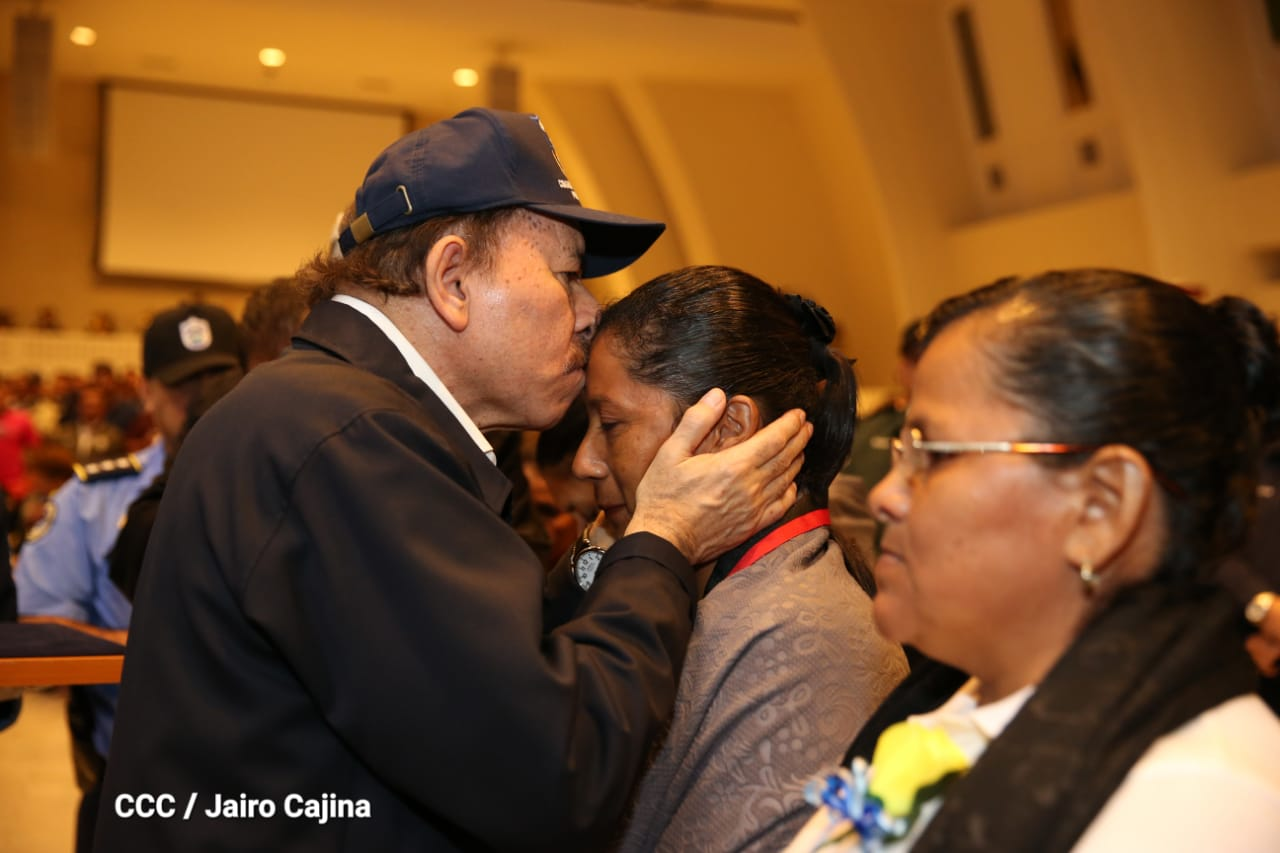 Daniel Ortega entrega condecoración a falsa pareja de policía asesinado en protestas. Foto/El19Digital