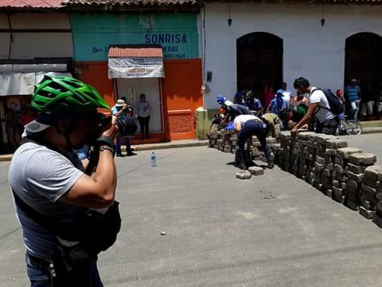 El fotógrafo Carlos Valle dando cobertura en los tranques. Foto: Cortesía