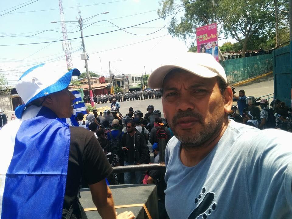 El delito de Javier Espinoza, era prestar su camión y su equipo de sonido para amenizar las marchas azul y blanco. Foto/Redes Sociales