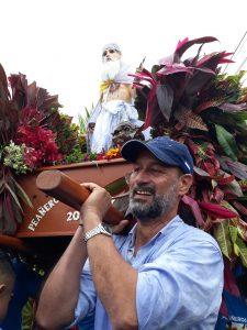El secretario político de la Alcaldía de Masaya, Boris Vega tuvo que cargar la réplica para completar el recorrido.