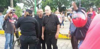 Comisionado Ramón Avellán golpea al sacerdote Edwin Román, en Masaya