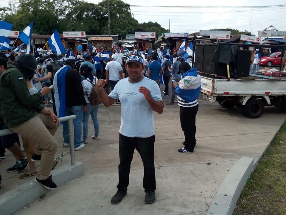 Policía calla sobre Javier Espinoza, el sonidista de las marchas azul y blanco. Foto/Redes Sociales