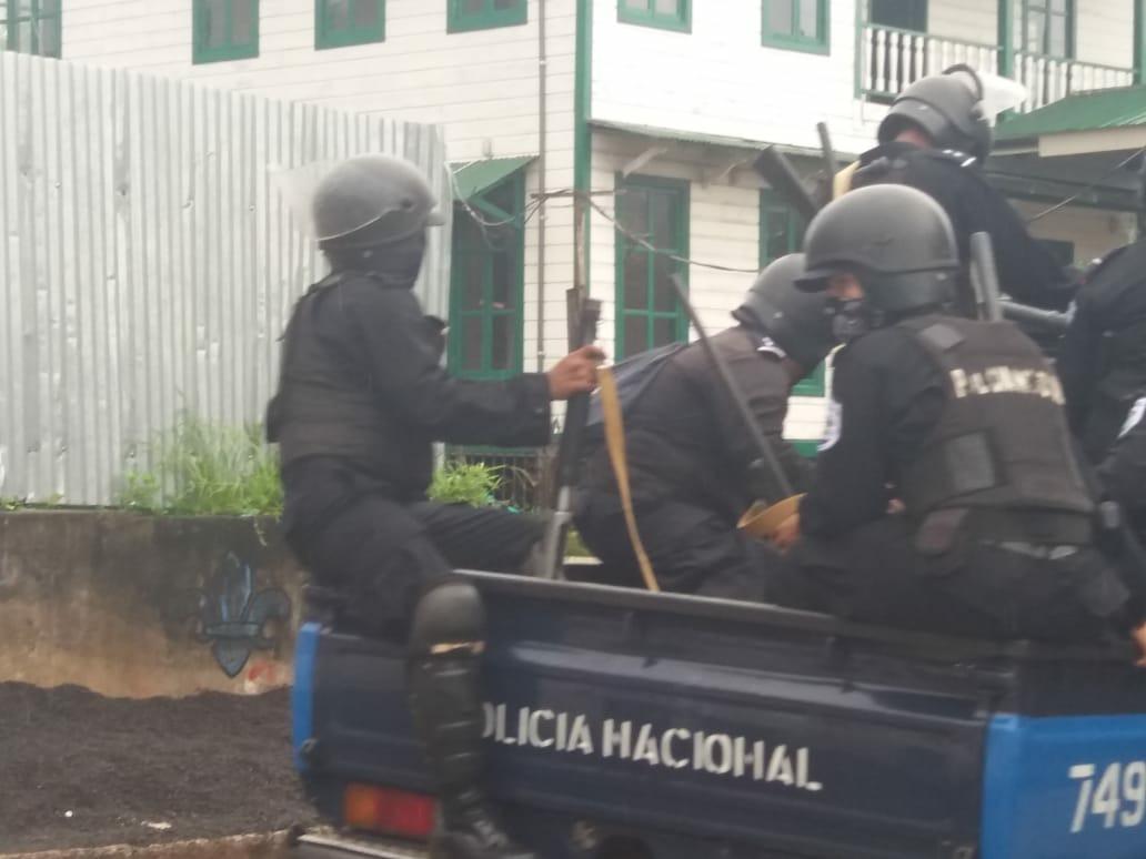 Asedio policial en Bluefields contra autoconvocados azul y blanco