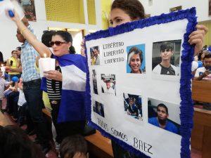 Familiares y amigos de los presos políticos secuestrados por la dictadura también llevaron carteles a catedral de Managua para exigir su libertad. Foto: A. Navarro / Artículo 66