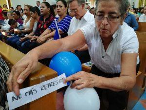 Los mensajes contra la represión orteguista llevaron hasta las bancas de catedral. Foto: A. Navarro / Artículo 66