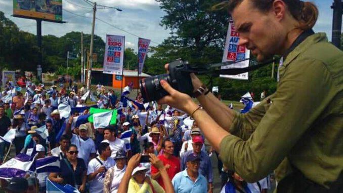El documentalista Carl David Goette-Luciak fue detenido arbitrariamente por la Policía. Foto: tomada de Radio Corporación