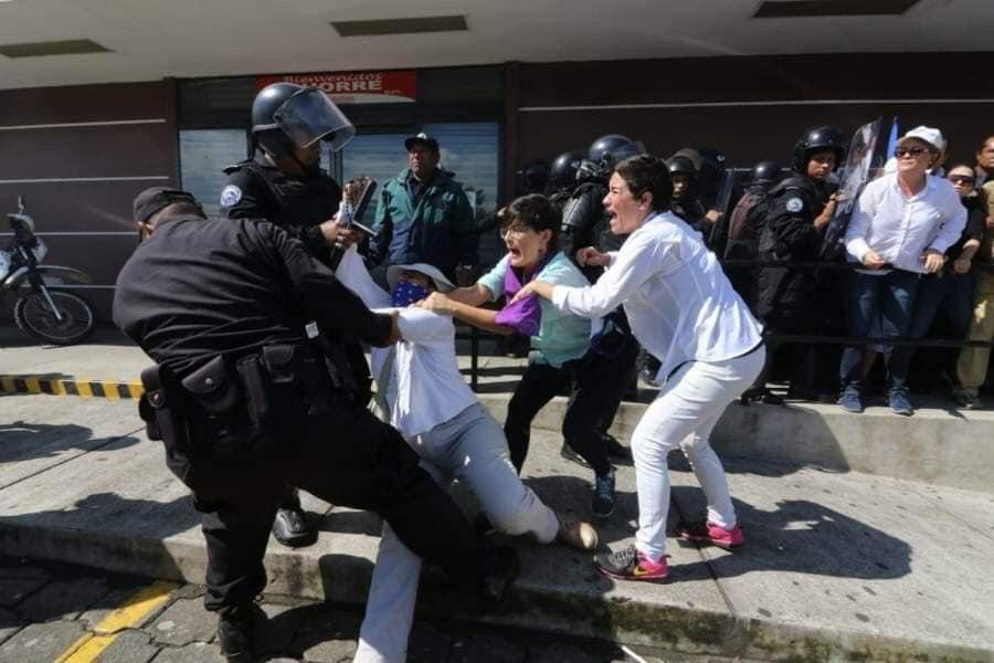 Los uniformados también arrastraron por los adoquines a la activista Tamara Dávila. Foto: END