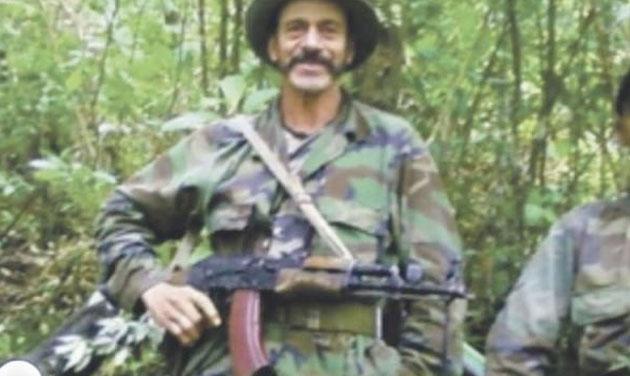En el video se ve rodeado de hombres vestidos de camufle y fuertemente armados